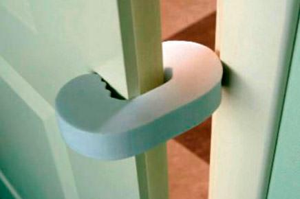 безопасность ребенка дома двери