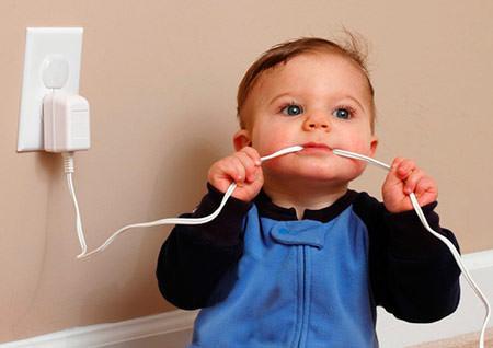 безопасность детей дома электричество