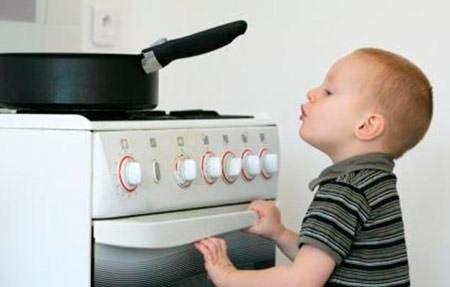безопасность ребенка дома плита